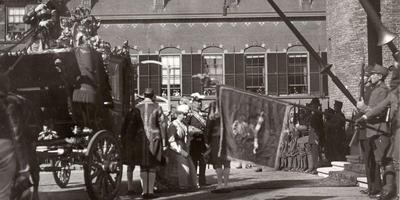 Koningin Wilhelmina stapt uit de koets op Prinsjesdag 1918. FOTO ARCHIEF LC