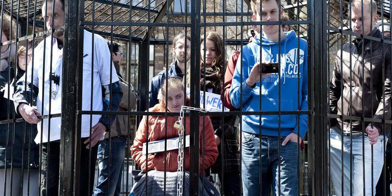 Een demonstratie van jonggehandicapten in een kooi op het Plein in Den Haag in 2012 tegen het wetsvoorstel werken naar vermogen. Nu staat hun beloning op de tocht. FOTO ANP/ROEL ROZENBURG