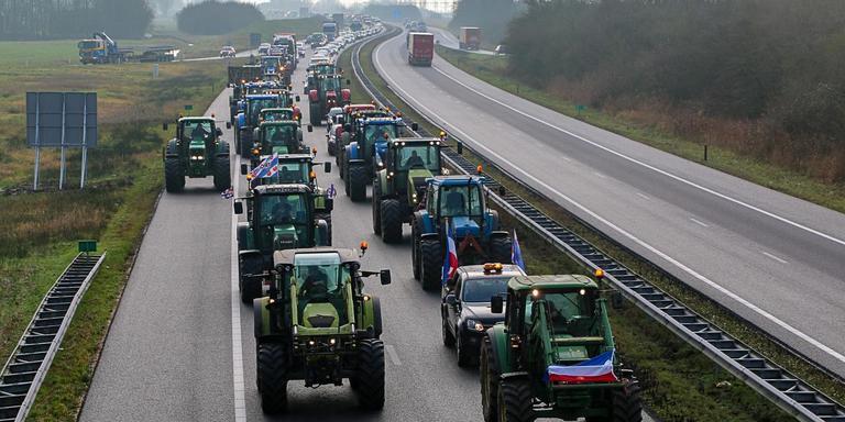 Trekkers op snelweg A32.