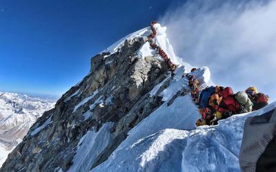 De beroemde foto die klimmer Nirmal Purja in 2019 maakte van de menselijke file op weg naar de top van Mount Everes: ,,Touroperators bieden geheel verzorgde expedities aan, en beloven veiligheid, maar dat is schijn.''