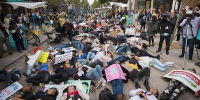 Demonstratie tegen het consumentisme tijdens Black Friday en bij de start van de Klimaatconferentie van de Verenigde Naties van Amerikaanse studenten bij een winkelcentrum in Santa Monica.
