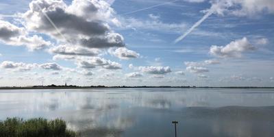 Wolken boven het IJsselmeer. De gemeenteraad van De Fryske Marren beslist over het lot van het gebied.