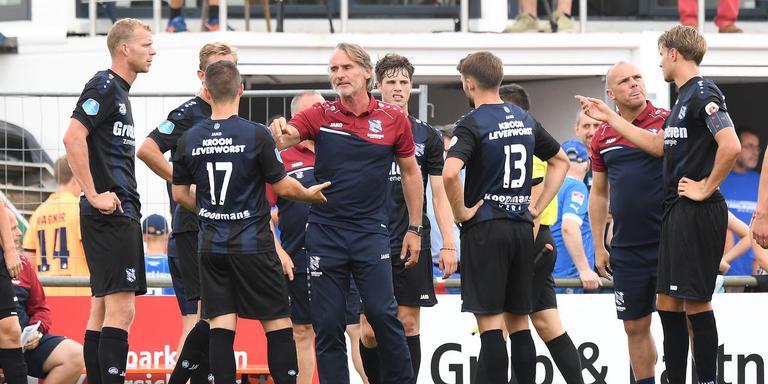 Crisisberaad bij SC Heerenveen tijdens de drinkpauze in het duel met Hoffenheim. FOTO FPH/MUSTAFA GUMUSSU