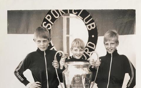 Op de foto met de Cup: 'Toen ik die beker voor het eerst van zó dichtbij zag en ook nog mocht aanraken…, geweldig'