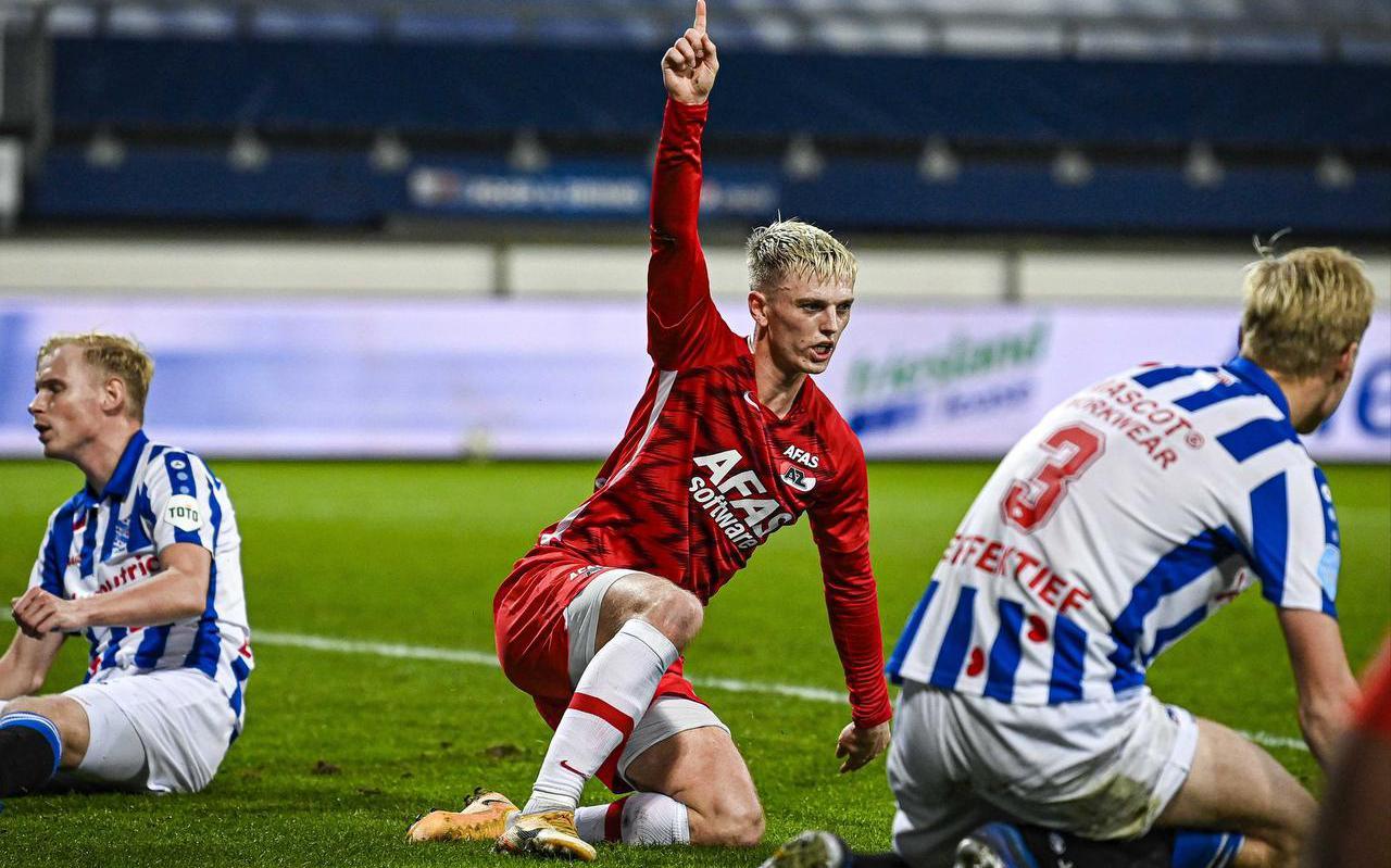 Lucas Woudenberg (links) treurt net als Jan Paul van Hecke (rechts) na de 0-2. Albert Gudmundsson juicht.