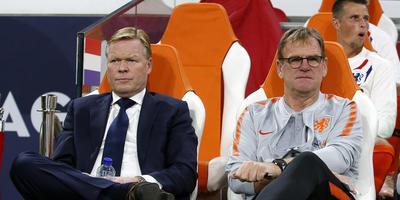 Ronald Koeman en Dwight Lodeweges tijdens de wedstrijd Nederland-Duitsland. FOTO HENK JAN DIJKS