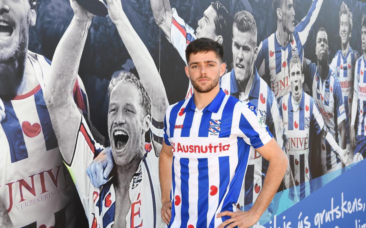 Joaquin Fernandez voor de muur in het Abe Lenstra-stadion waarop voetballers met een succesvol verleden bij SC Heerenveen staan afgebeeld.  FOTO FPH/MUSTAFA GUMUSSU