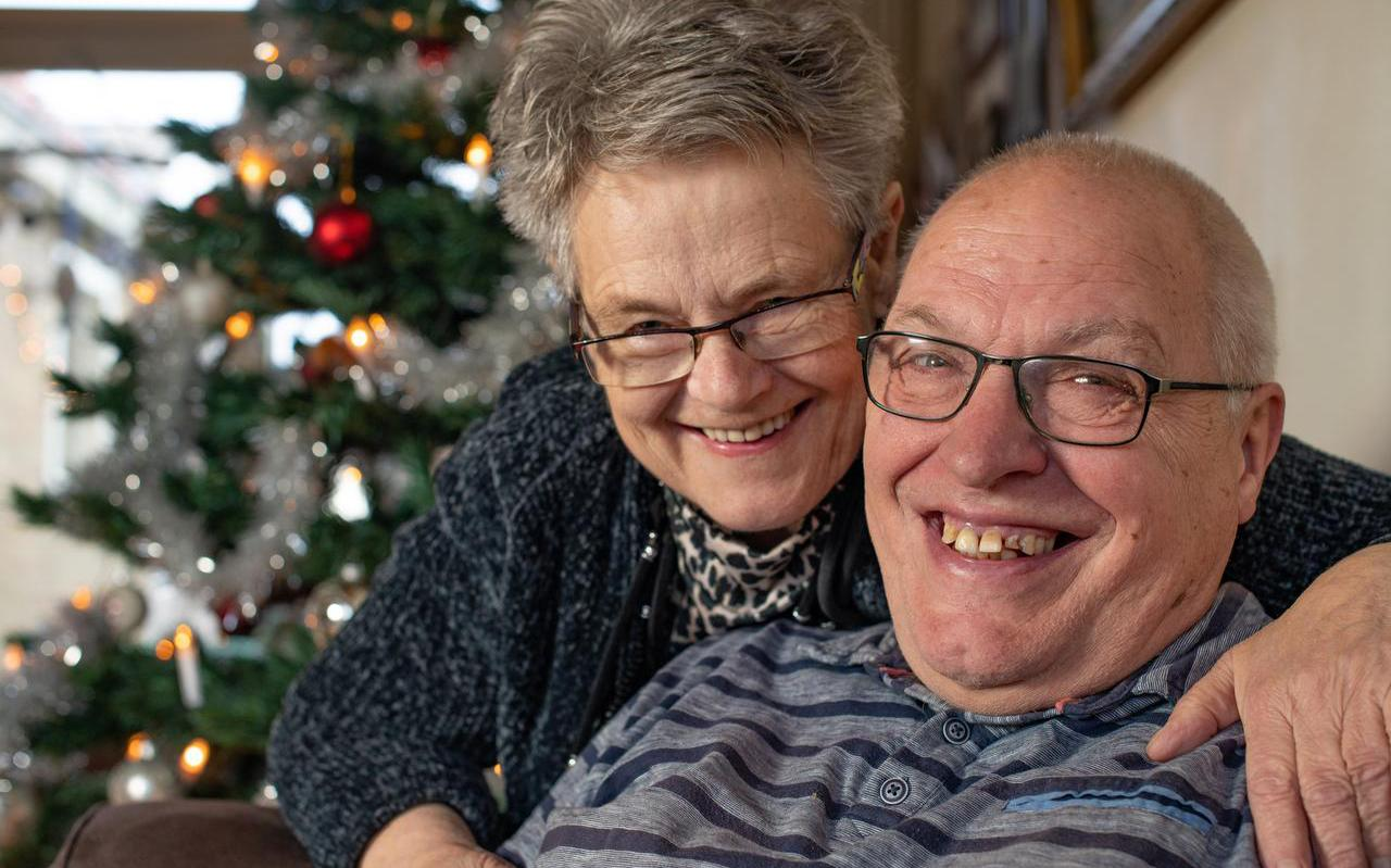 Jan en Josefien Kooistra thuis in Sint Jacobiparochie, waar ze nu 42 jaar wonen. FOTO HOGE NOORDEN/JACOB VAN ESSEN