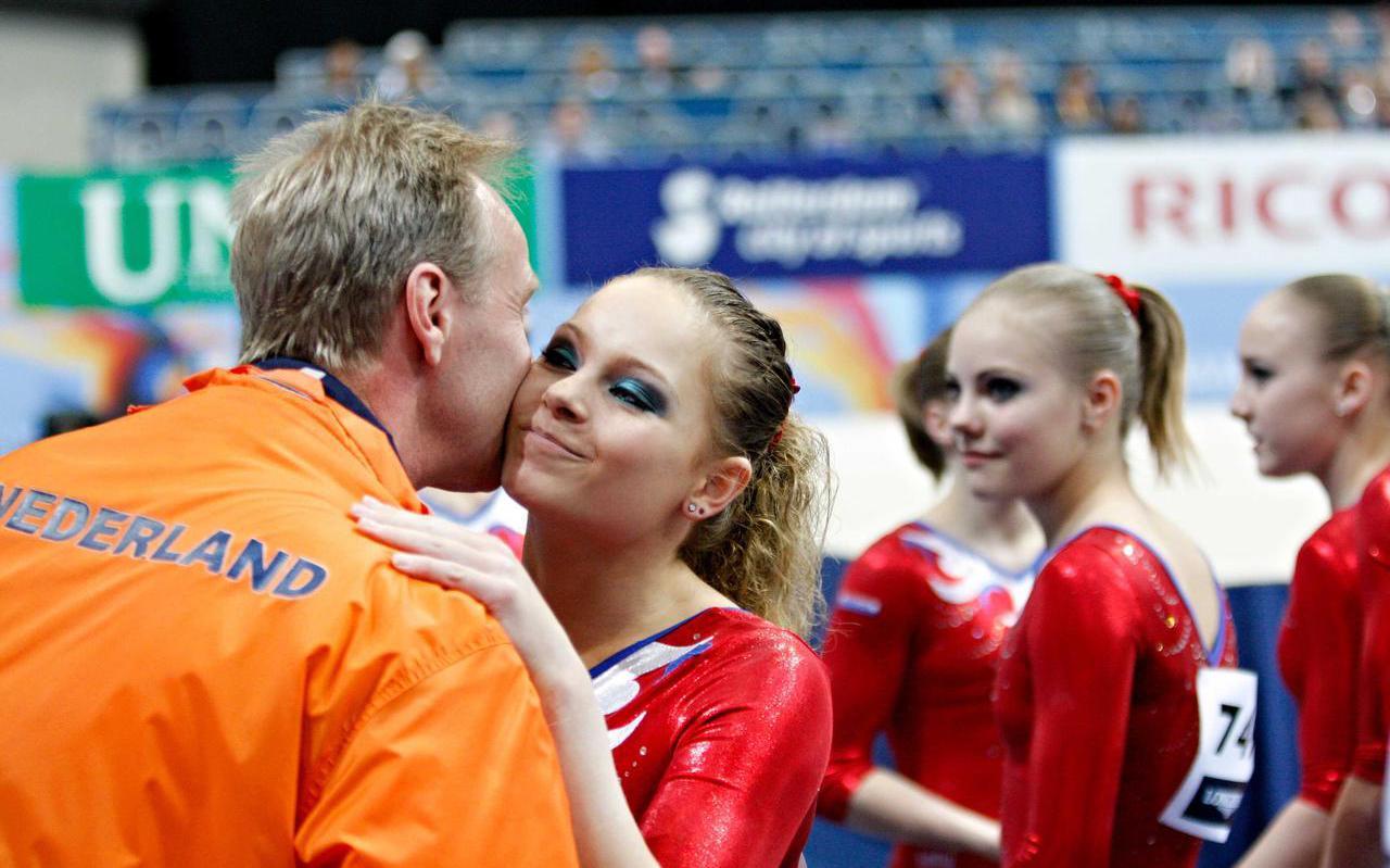 Joy Goedkoop wordt geknuffeld door Vincent Wevers na een geslaagde kwalificatie op het WK 2010 in Rotterdam.