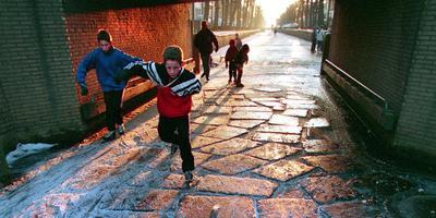 IJstransplantatie onder de Raadhuisbrug, januari 1996 in de Luts in Balk. FOTO ARCHIEF LC/JAN DE VRIES