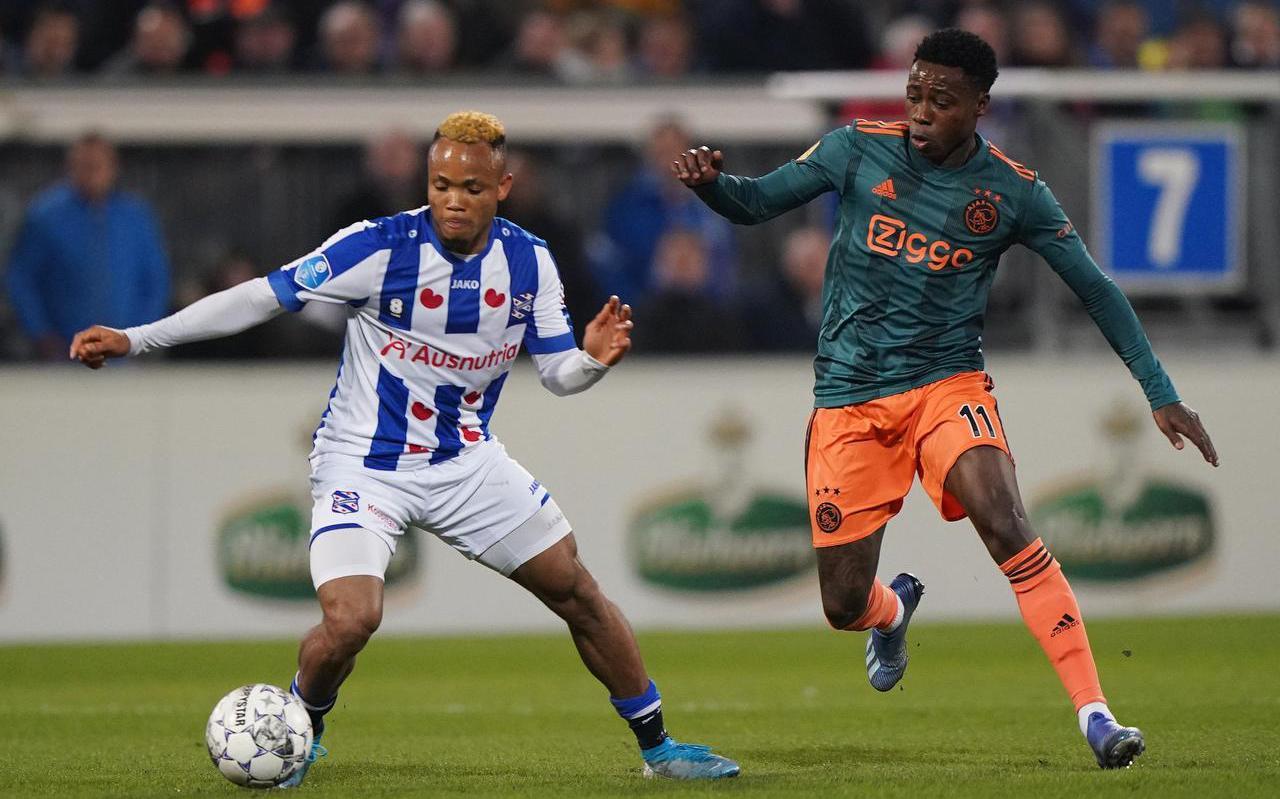 Chidera Ejuke, op de foto in duel met Ajacied Quincy Promes, levert SC Heerenveen miljoenen op.