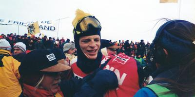 Willem Poelstra wordt opgevangen op de Bonkefeart nadat hij als negende is gefinisht in de Elfstedentocht van 1997. De Hijumer overleed in 1999. FOTO PANORAMA