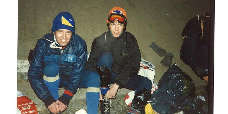 Vanno Jobse met vader Jo bij het onderbinden voor de tocht van 1986. Vanno (toen 15) heeft de blauwgele kaart op de helm, die zijn vader heeft nagemaakt van het origineel.