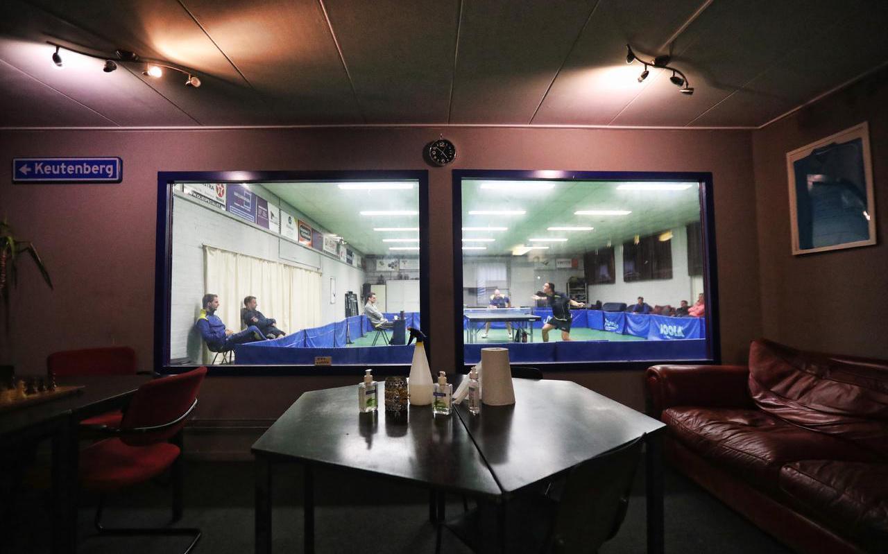 Sfeerbeeld van de tafeltennisderby Buitenpost-FTTC uit de zaal waar de thuisclub afscheid van moet nemen.