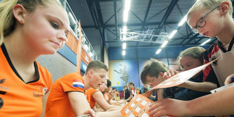 Marloes Frieswijk is populair bij de jonge fans die om een handtekening komen vragen. FOTO MARCEL VAN KAMMEN