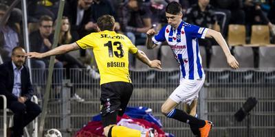 Pelle van Amersfoort drijft de bal op en komt Nils Röseler tegen. FOTO ANP