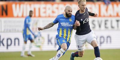 Jens Odgaard stoomt op namens SC Heerenveen, op de hielen gezeten door Hans Mulder (RKC).