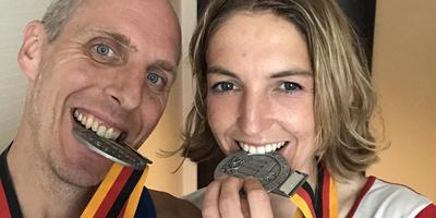 Hinke Schokker en Paul van Snick met de in Berlijn verdiende medailles.