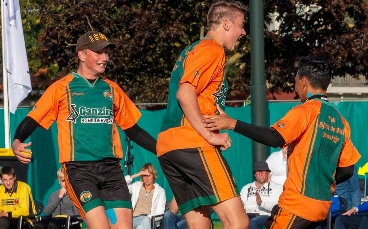 Rick Minnesma (links), Jorn Lars van Beem (midden) en Rutger Kumbangsila zijn uitbundig na het winnen van de Freule.