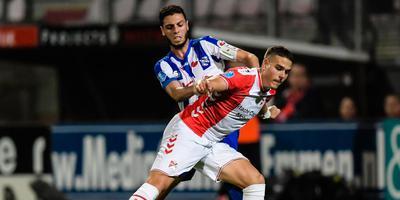 Hicham Faik in duel met Filip Ugrinic van FC Emmen. FOTO VI IMAGES