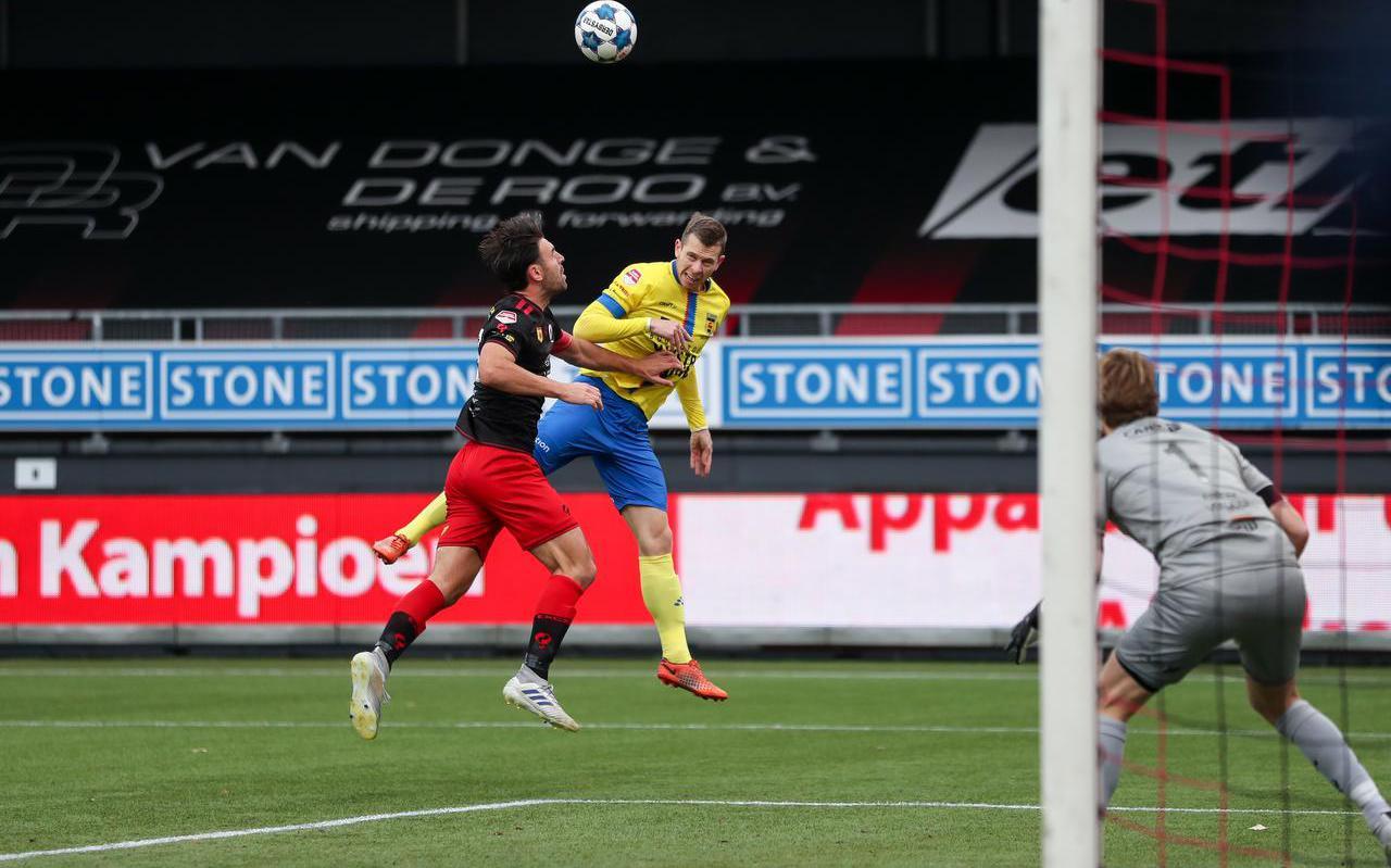 Robert Mühren kopt vanuit een lastige hoek de 1-0 binnen namens Cambuur.