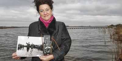 Fotografe Anneke Bleeker is terug op de Grote Wielen, waar ze in 1963 de iconische finishfoto maakte van Elfstedentochtwinnaar Reinier Paping.