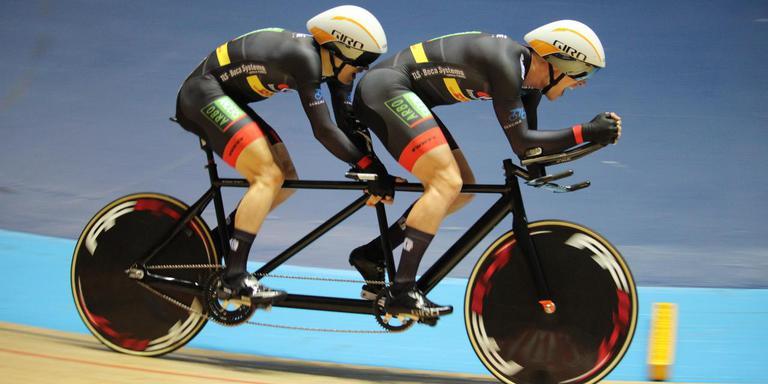 Tristan Bangma (links) en piloot Patrick Bos op volle snelheid in voorbereiding op het WK para-cycling. FOTO NATALIA KOZUCH