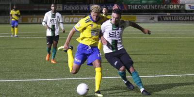 Cambuurspits Karim Rossi in duel met Jari de Jong van Scheveingen. FOTO HENK JAN DIJKS