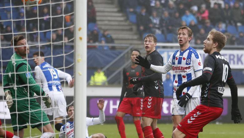 Pelle van Amersfoort (links) scoort tegen FC Utrecht.