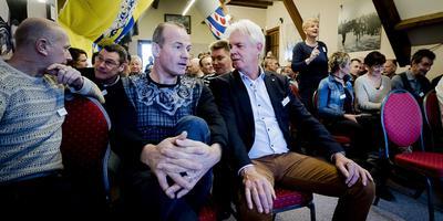 Henk Angenent (midden) in gesprek met Elfstedentocht-voorzitter Wiebe Wieling (rechts) tijdens de reünie van twee jaar geleden in Hindeloopen. FOTO ANP/REMKO DE WAAL