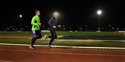 Yke Zoetendal (rechts) dinsdagavond op de atletiekbaan in Sneek, in voorbereiding op het NK cross van komende zaterdag. FOTO SIMON BLEEKER
