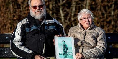 Zoon Gerrit Nauta en weduwe Petronella Nauta tonen het portret van hun vader en echtgenoot Jeen Nauta, de laatste Friese 'winnaar'. foto niels de vries