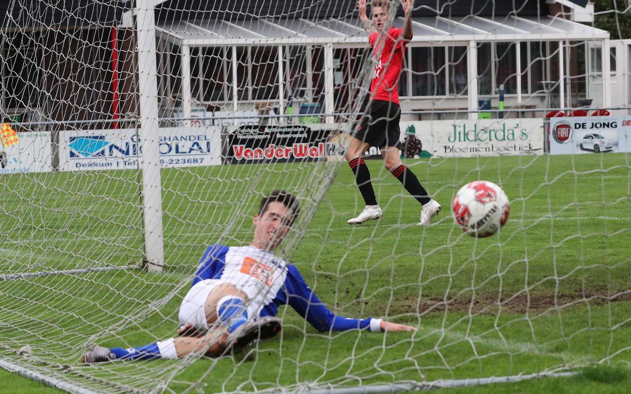 Hedgar Hoekstra heeft Broekster Boys op 2-1 gezet. Martijn Barto kan er namens Blauw Wit '34 niets meer aan veranderen.