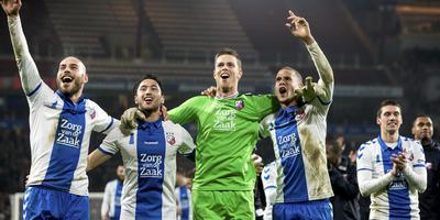 Winnen in Eindhoven kan, bewees FC Utrecht dit seizoen. Rechts juicht Ramon Leeuwin hard mee.