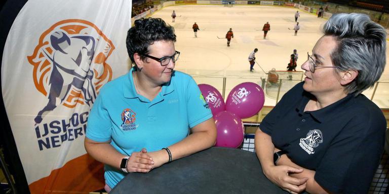 Jenny Goessens (links) en Mandy Gooijer zijn trots op hun vrouwentoernooi in Thialf. FOTO SIMON BLEEKER