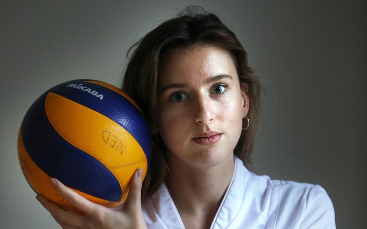 Jasmijn Akse, volleybalster en verpleegkundige in opleiding. ,,Als leeftijdsgenoten klagen, word ik boos.''