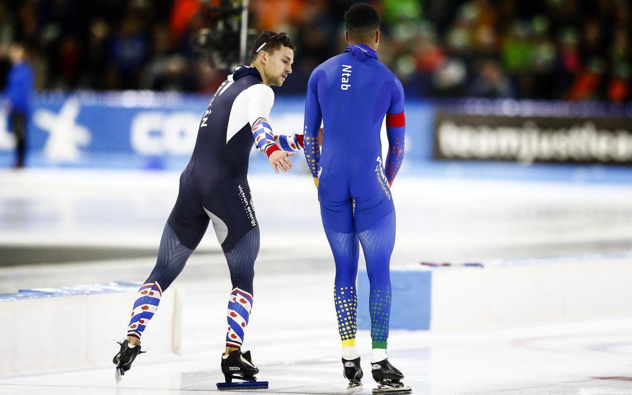 Jespers Hospes (links) probeert Dai Dai Ntab te troosten na diens diskwalificatie op de 500 meter. FOTO ANP VINCENT JANNINK