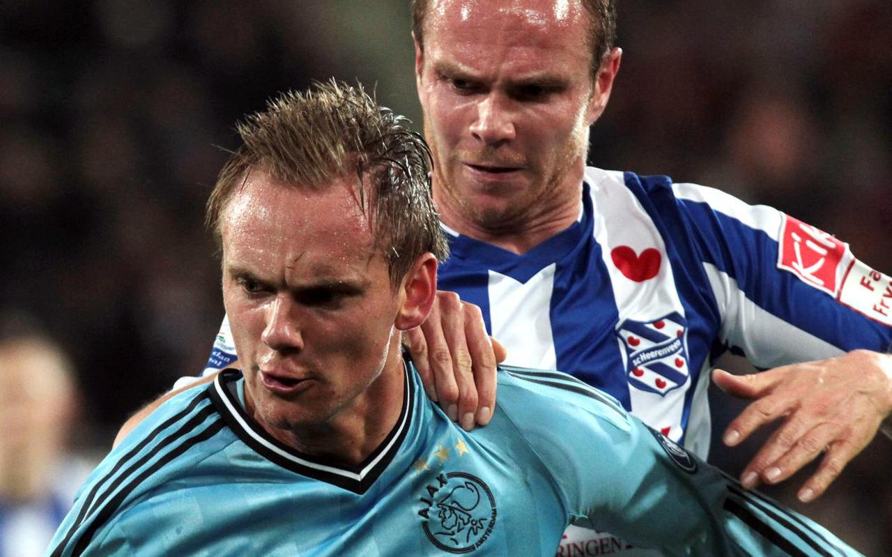 Siem de Jong in duel met Ramon Zomer, tijdens de competitiewedstrijd tussen SC Heerenveen en Ajax in 2012.