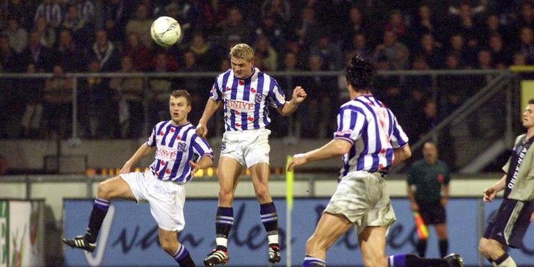 Marcus Allbäck toont zijn spierballen aan het publiek na een 1-0 overwinning op Feyenoord, in 2001.