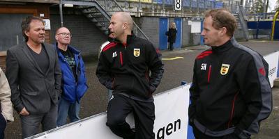 Henk de Jong (links) maakt op bezoek bij zijn oude club Cambuur een ontspannen praatje met de huidige trainers Arne Slot (midden) en Sipke Hulshoff. FOTO HENK JAN DIJKS