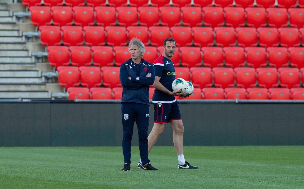 Gertjan Verbeek (links) en Gerald Sibon aan het werk als hoofdtrainer en assistent-trainer bij het Australische Adelaide United. FOTO CHRIS KELLY