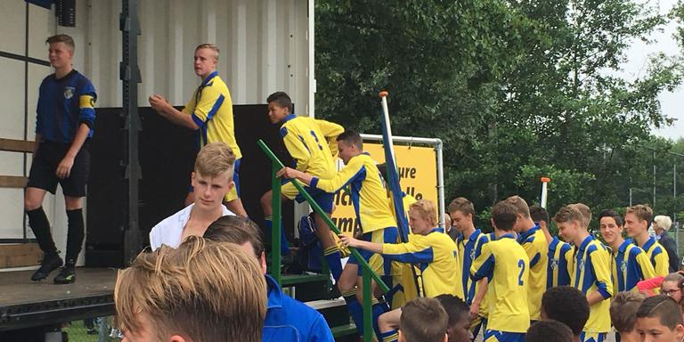 De voetballers van Eastermar betreden het erepodium. Foto: LC/Harm Postma