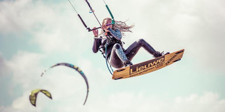 Kitesurfster Lidewei Lamsma in haar element. FOTO ANNEKE JAGER