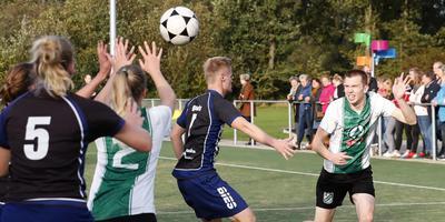 Remco Schraa werkt hard om de bal te kunnen ontvangen van Hilly van der Wal (2). FOTO HENK JAN DIJKS
