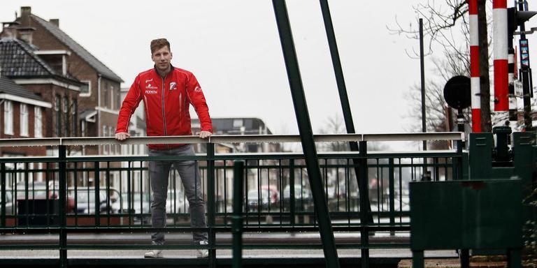 Lars Klijnstra, verdediger van Flevo Boys, in de regen op de brug in het hart van zijn woonplaats Gorredijk. Op 5 februari vertrekt hij naar de zon. FOTO HENK JAN DIJKS