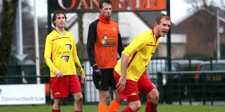 Irnsum-speler Julius Huistra (sjaal om de nek) zit in de tang bij Jorrit Meinsma en Jurjen Hofstee van Oosterlittens. FOTO SIMON BLEEKER