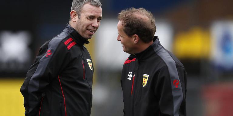 Cambuur-trainer René Hake (links) in een onderonsje met assistent Sipke Hulshoff.