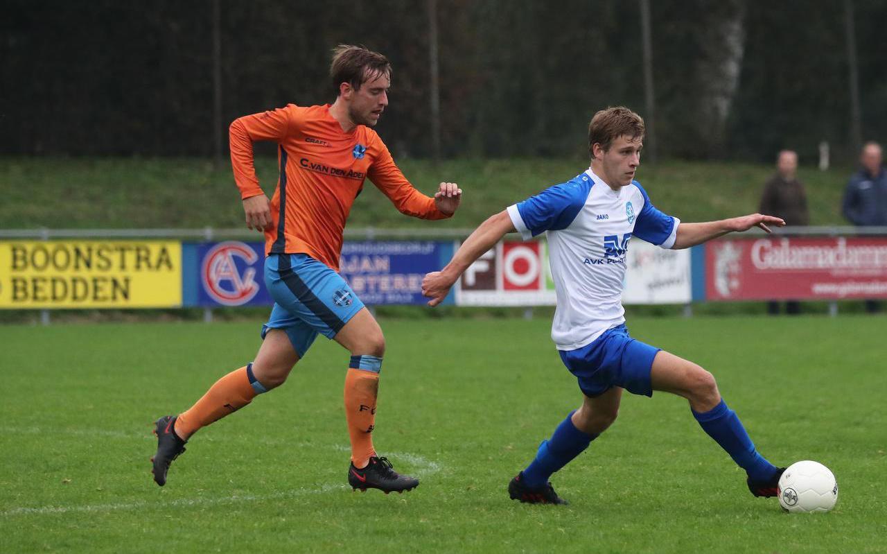 Jippe Zeldenrust (rechts) probeert Kees Noordmans af te schudden.