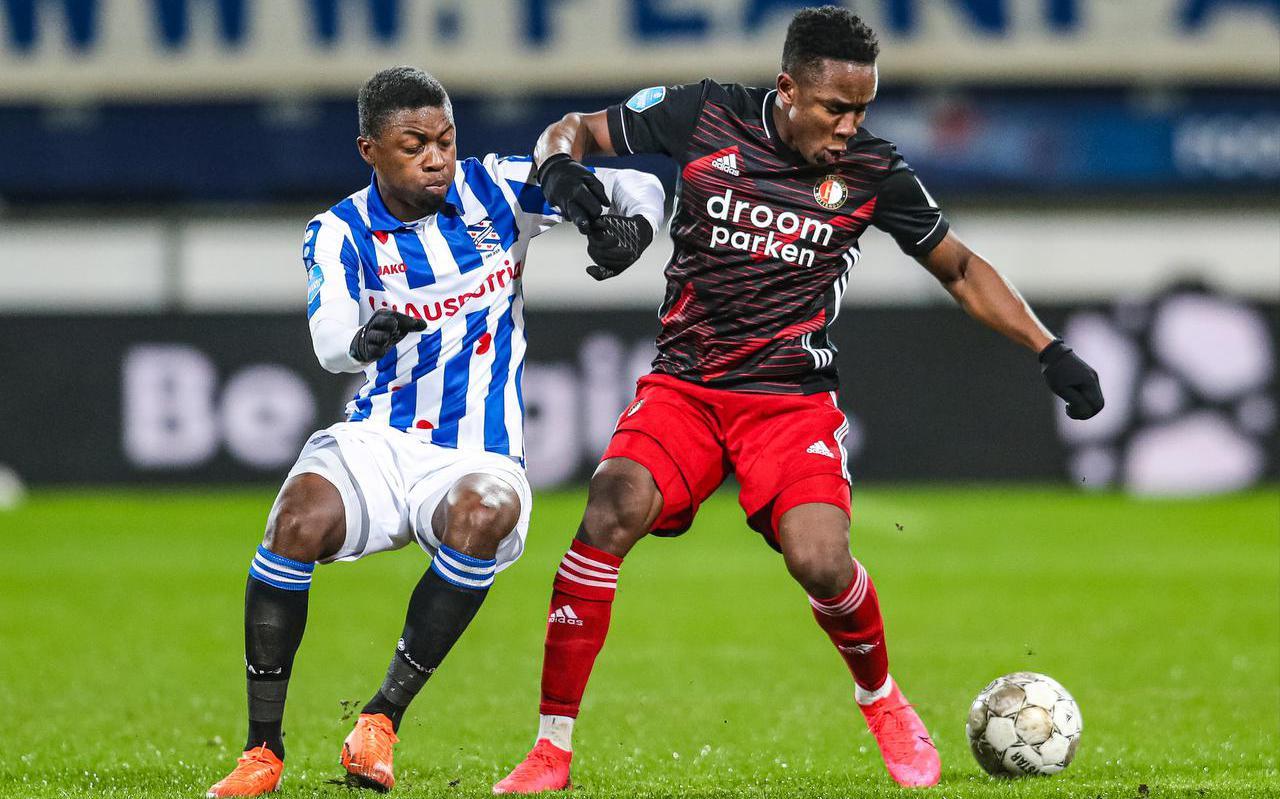 Sherel Floranus (links) in duel met Feyenoord-aanvaller Luis Sinisterra, tijdens de competitiewedstrijd vorige maand (3-0).