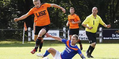Patrick Hilhorst (links) stijlvol in actie voor Haulerwijk in de zaterdag gespeelde bekerwedstrijd tegen ONR.